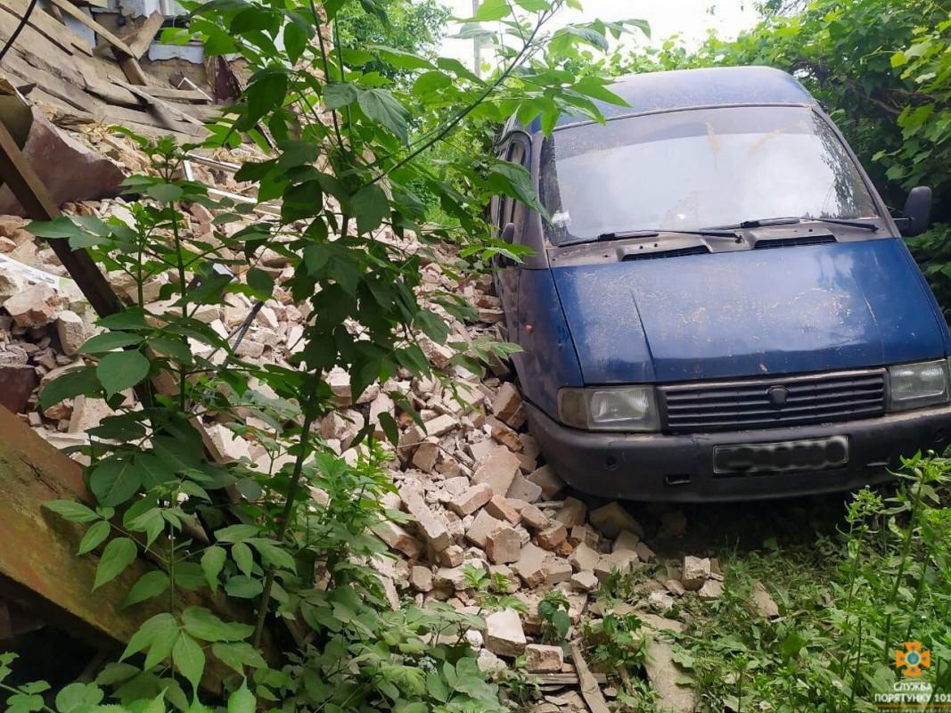 На Тернопільщині будівля, якій 102 роки, обвалилася на автомобіль (ФОТО)