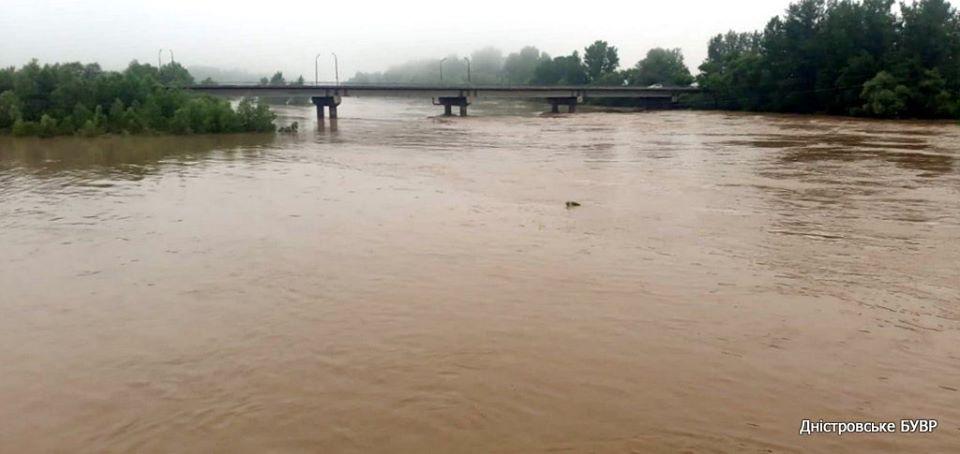 Паводкова хвиля добігає до Тернопільщини, а на Франківщині та Львівщині уже спадає рівень води (ФОТО)