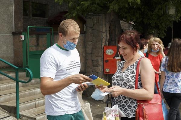 Активісти в Тернополі оригінально вітали з Днем Конституції (ФОТО)