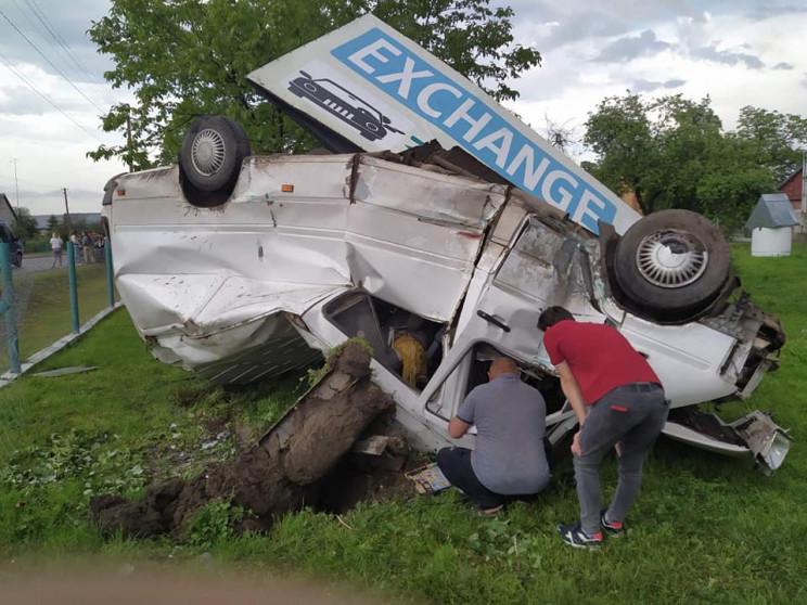 ДТП біля польського кордону: мікроавтобус злетів з траси і перекинувся (ФОТО)