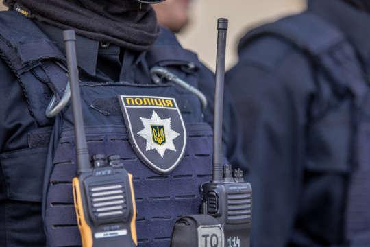 На Тернопільщині правоохоронець побив чоловіка, аби той взяв на себе крадіжку зерна