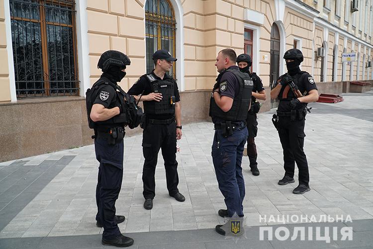 Тернополі з будівлі вокзалу евакуювали людей, бо хтось повідомив про замінування колії (ФОТО, ВІДЕО)