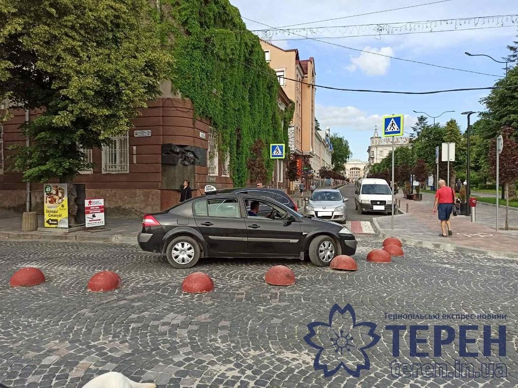 """Таксист поїхав """"проти шерсті"""": у центрі Тернополя ледь не дійшло до самосуду (ФОТО)"""