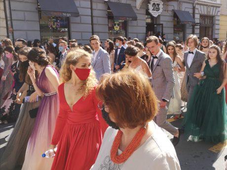 Випускний – 2020: як у Тернополі відбувається традиційна хода випускників (ФОТОРЕПОРТАЖ)