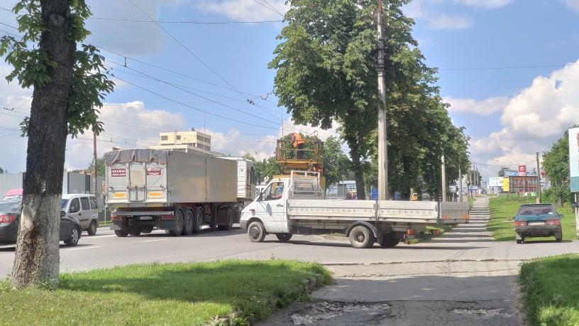 У Тернополі вантажівка, яка перевозила комбайн, порвала тролейбусні дроти (ФОТОФАКТ)