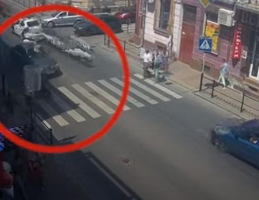 """""""Водій зупинятися навіть не думав"""": у Тернополі таксист ледь не збив маму з дитиною (ВІДЕО)"""