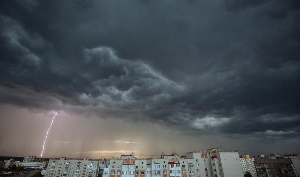 На Тернопільщині очікують грози, град та сильні пориви вітру