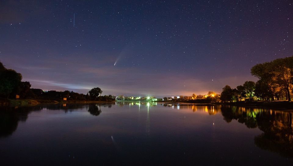 """""""Пролітає раз на 6800 років"""": фотограф зробив знімки комети з двома хвостами (ФОТО)"""
