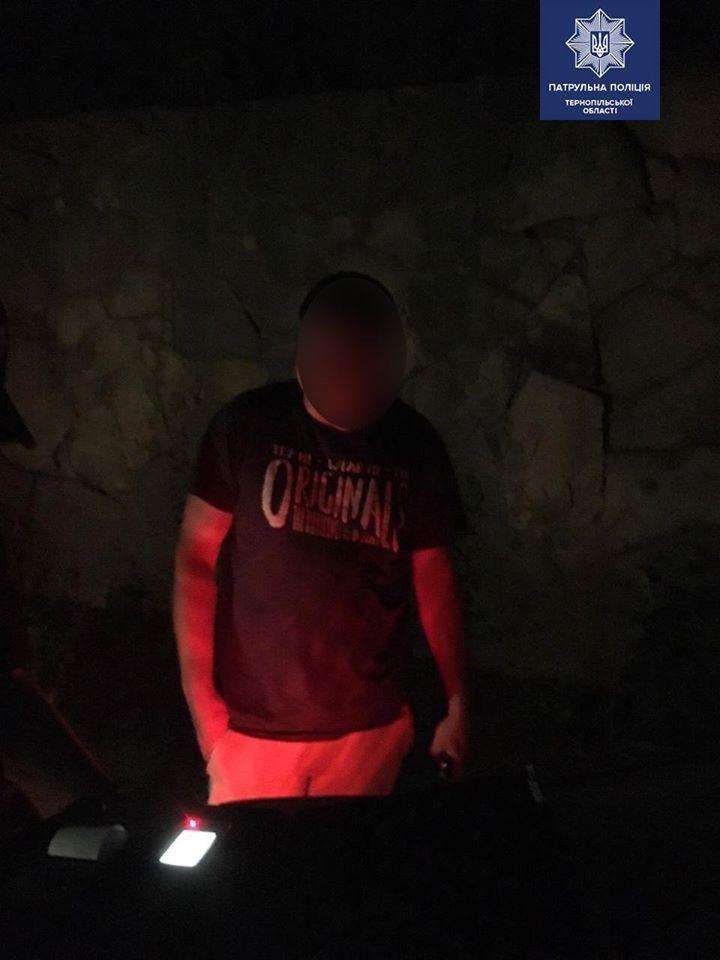 """""""Знайомі запропонували трішки випити"""": у Тернополі вночі п'яний водій в'їхав у бетонну огорожу (ФОТО)"""