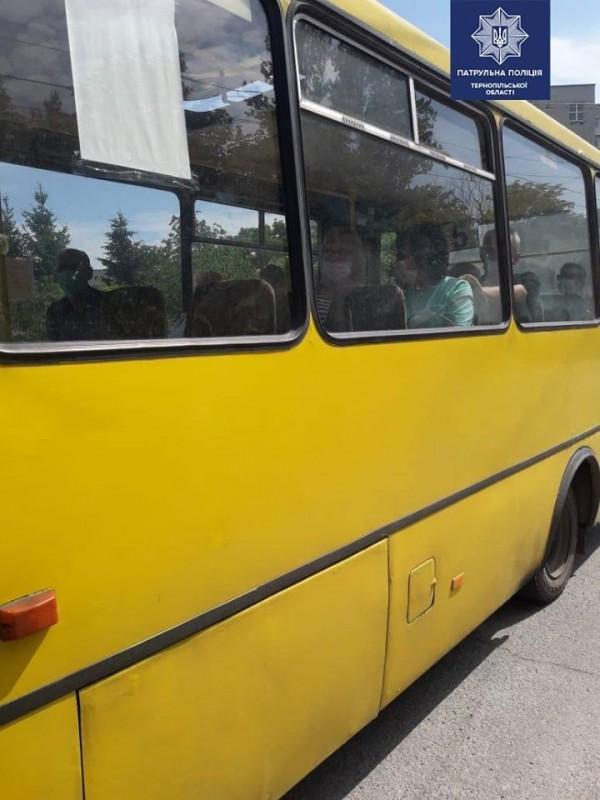 У Тернополі копи перевіряють чи у масках водії та пасажир (ФОТО)