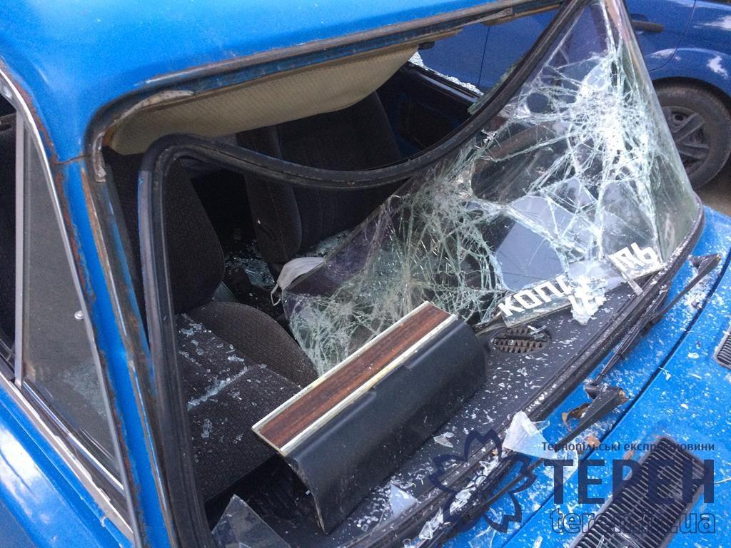"""У Тернополі хулігани понищили """"Жигулі"""" із матюками (ФОТО)"""