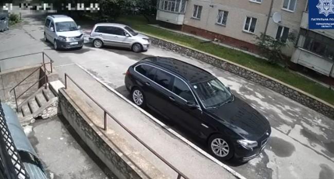 """У Тернополі водій на """"Форді"""" в'їхав у припарковане авто і втік з місця ДТП (ВІДЕО)"""
