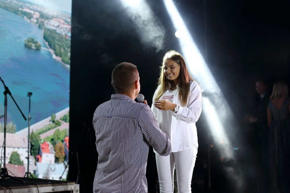 У Тернополі під час концерту до Дня міста хлопець на сцені романтично освідчився дівчині (ФОТО)