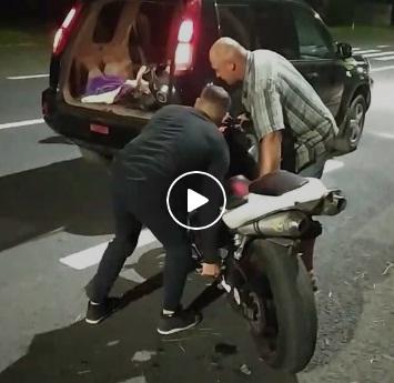"""""""Один доїздився"""": на Тернопільщині витівки мотоцикліста-екстремала ледь не призвели до трагедії (ВІДЕО)"""