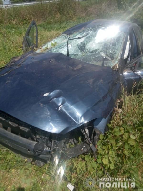 Водій на небезпечний маневр пішов вимушено: біля Озерної автомобіль перекинувся кілька разів (ФОТО)