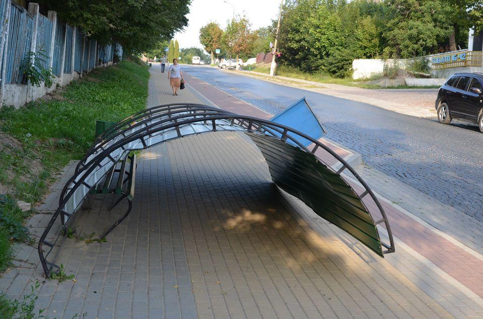 У Чорткові вночі вандали знищили зупинку громадського транспорту: шукають зловмисників (ФОТО)