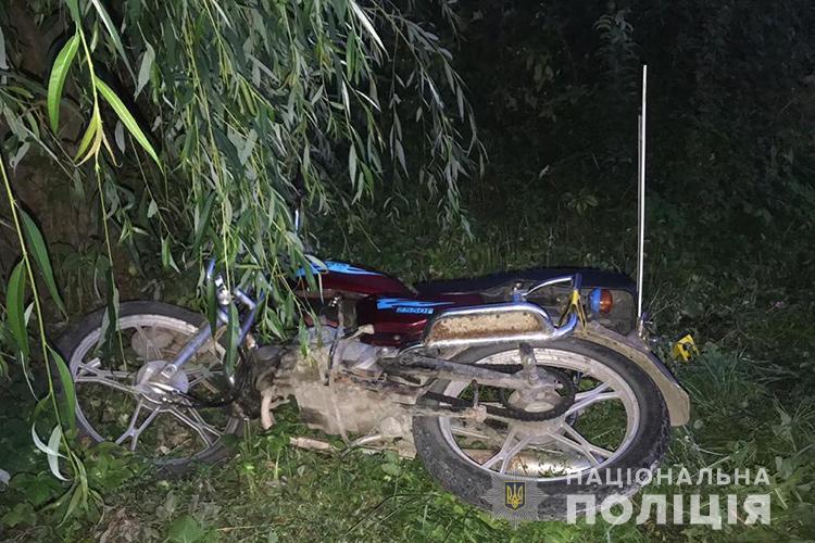 Врізався у дерево: на Тернопільщині молодий водій після ДТП потрапив у реанімацію (ФОТО)