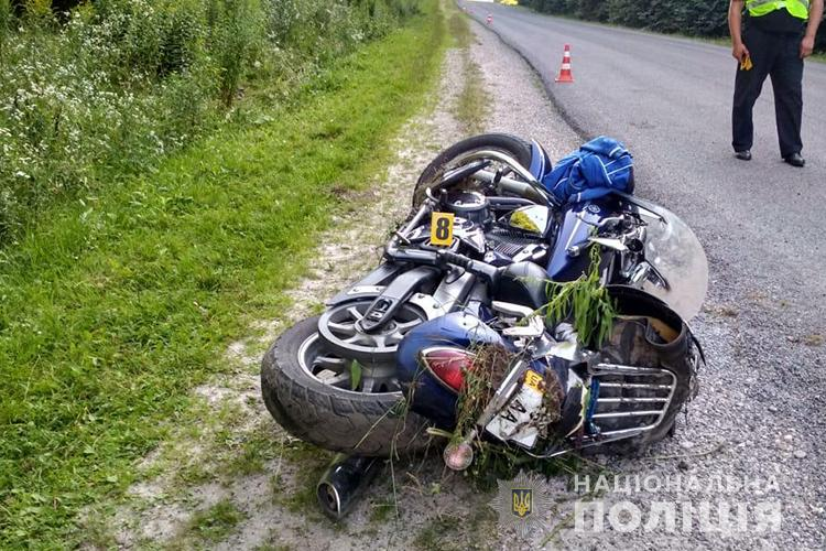 На Тернопільщині мотоцикліст на швидкості з'їхав на узбіччя: водій у реанімації (ФОТО)