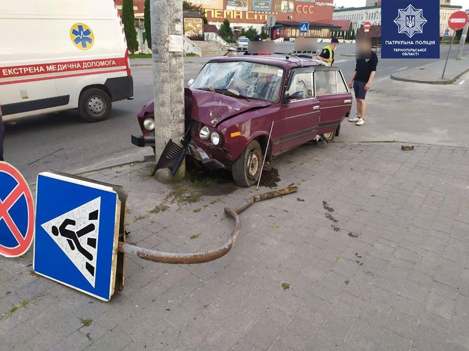 У Тернополі молодий водій в'їхав у знак та електроопору