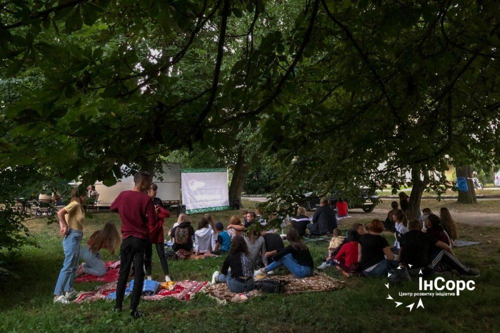 """В Шумську в парку """"крутять"""" кіно"""