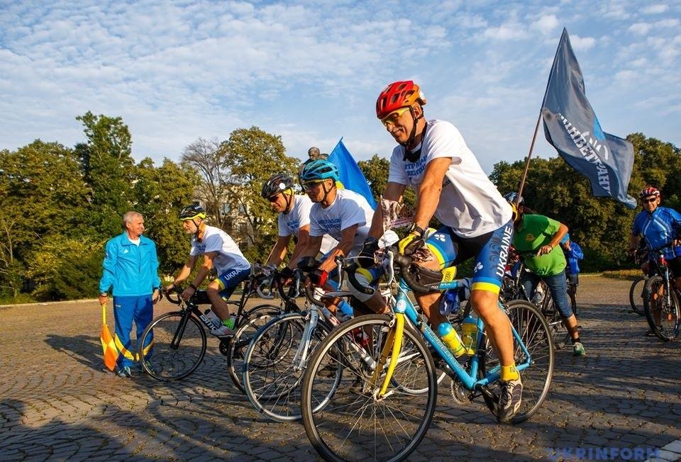 1800 кілометрів на велосипеді, щоб вшанувати загиблих героїв