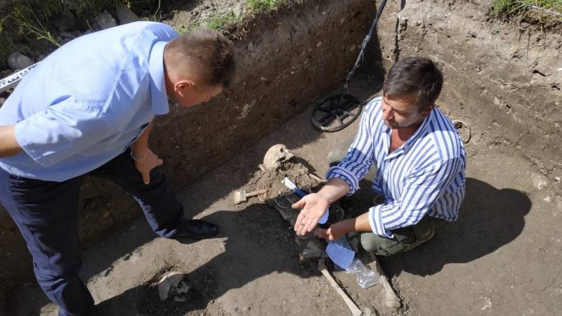 Археологи викопали в Залізцях останки священника, біля якого були вервичка і хрестик