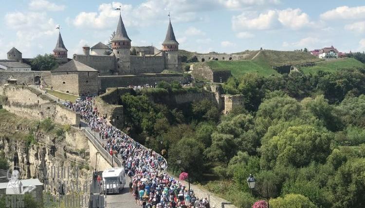 Коронавірус не злякав: до Почаєва іде багатотисячна хресна хода паломників