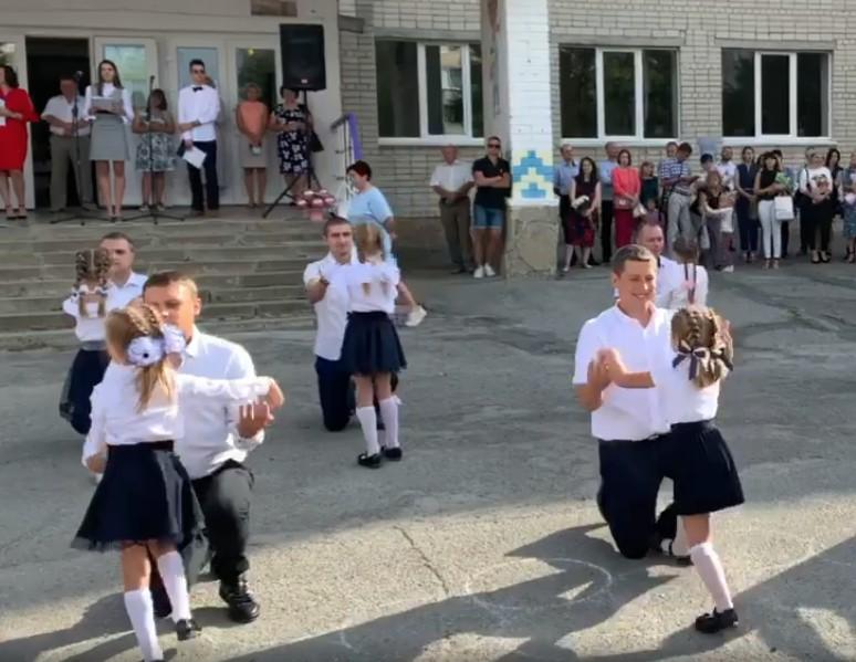 """""""Татусі та донечки"""": у Тернополі першовересневий танець першачків розчулив людей (ВІДЕО)"""