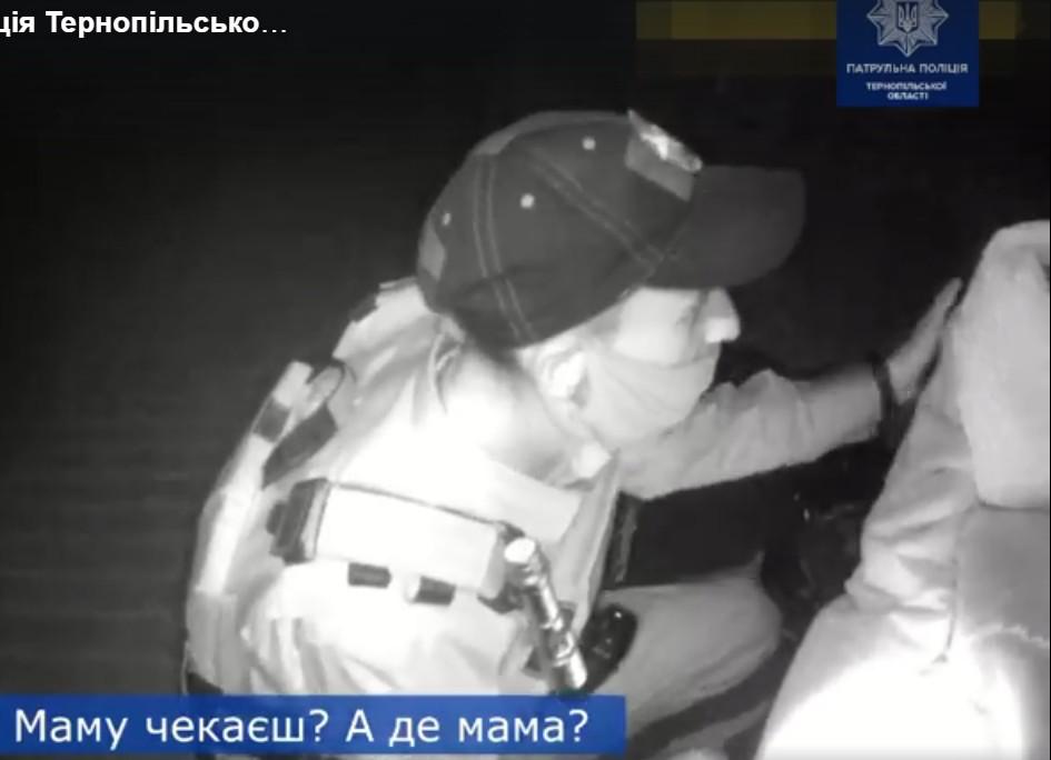 У Тернополі серед ночі маленька дитина сама спала на лавці (ВІДЕО)