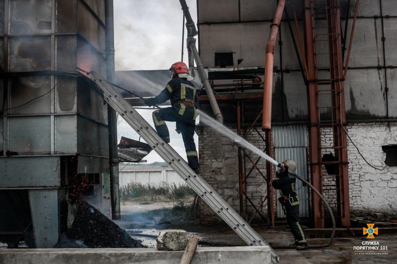 Масштабна пожежа поблизу Тернополя: вогнеборці гасили її понад 4 години (ФОТО)
