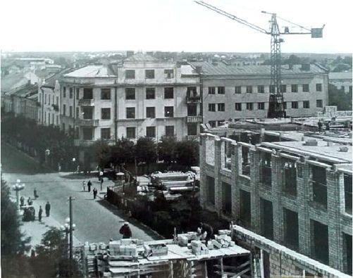 Як у Тернополі на місці підірваного Парафіяльного костелу будували ЦУМ (РЕТРО ФОТО)