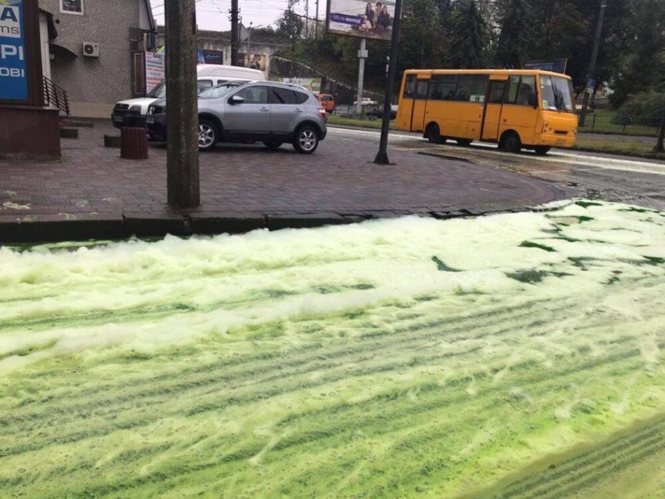 Безкоштовна мийка, або пінна вечірка для автівок: вулицю в Тернополі залило невідомою зеленою речовиною (ФОТО)