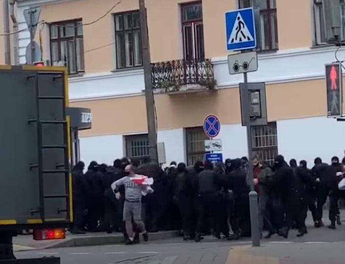 """""""Кошмар! Що коїться?! Твою м*ть!"""" – жорсткі затримання учасників протесту в Гродно та Бресті (ВIДЕО)"""