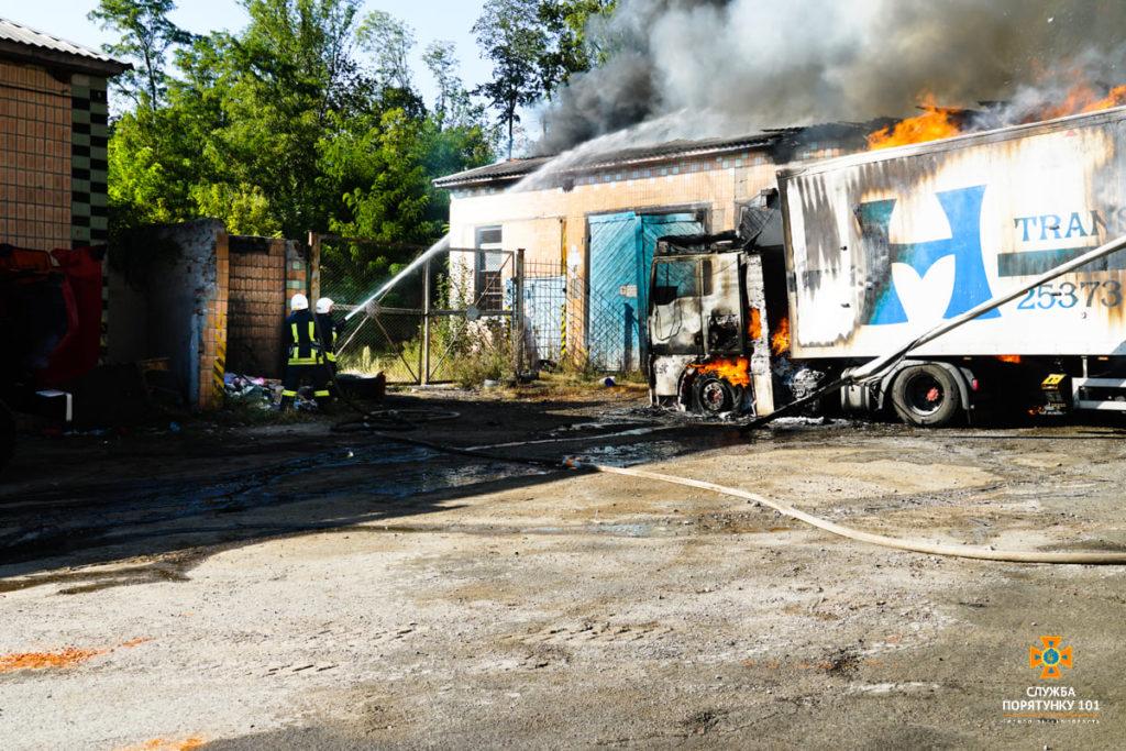 Потужна пожежа в Острові: горіла фура з картоном та склад (ФОТО)
