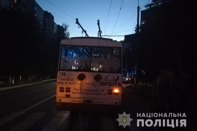 """У Тернополі водій тролейбуса потрапив під колеса """"Хонди"""" (ФОТО)"""
