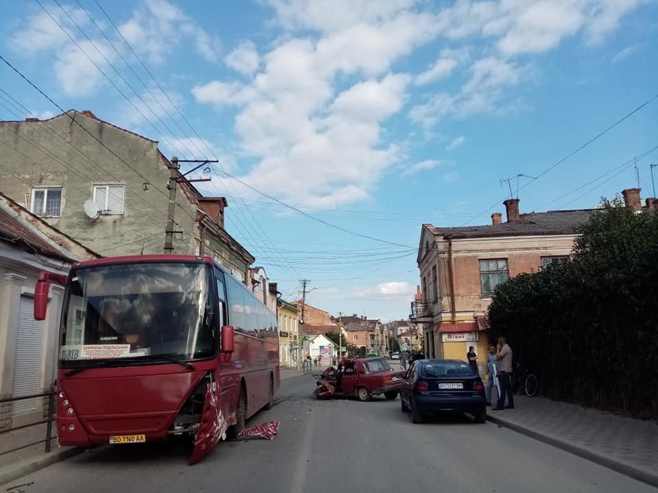 На Тернопільщині рейсовий автобус зіткнувся з легковим авто (ФОТО)