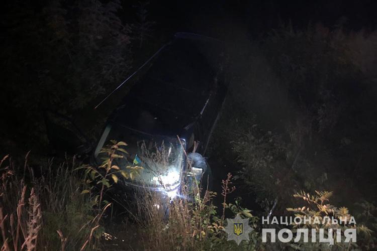 Розвертався і злетів з дороги в урвище: смертельна аварія на Тернопільщині (ФОТО)
