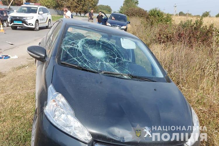 Потрійна аварія: у селі біля Тернополя збили велосипедиста (ФОТО)