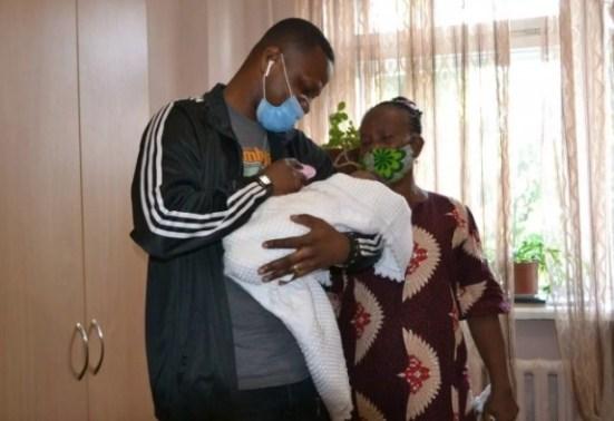 У Тернополі батько зі сльозами на очах забрав доньку з пологового, мама якої померла (ФОТО)
