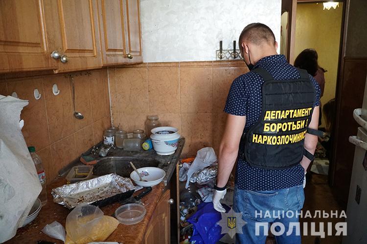 Сморід, таргани, антисанітарія: у Тернополі викрили наркопритон (ФОТО)