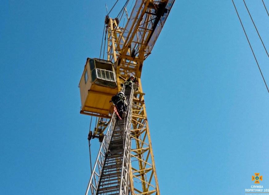 На Тернопільщині кранівнику стало погано на висоті 30 метрів: чоловік помер (ФОТО)