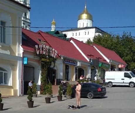 У Почаєві біля міськради чоловік роздягнувся догола (ФОТО)