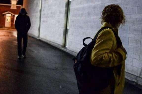На Тернопільщині чоловік напав на жінку: штовхнув в груди і схопив її за ноги