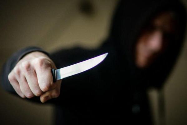 Вдарив ножем і втік: у Тернополі посеред вулиці підрізали чоловіка
