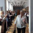 Коридор пошани за 36 років вчителювання: уТернополі в школі влаштували неймовірні проводи на пенсію улюбленій вчительці (ВІДЕО)