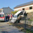 На Тернопільщині автомобіль з трьома дітьми сам покотився і упав з муру (ФОТО)