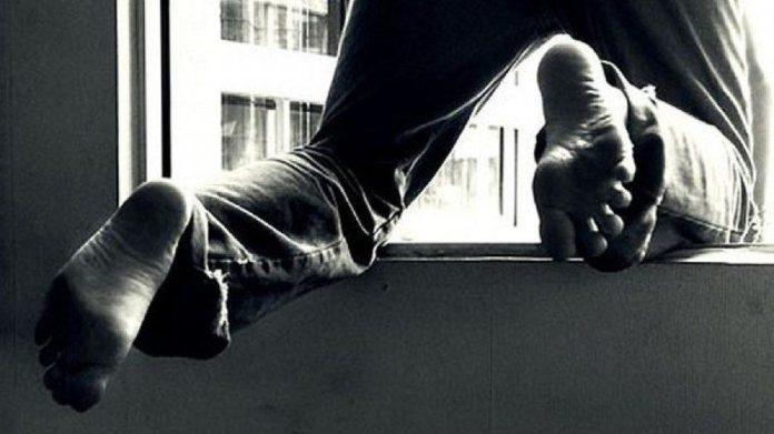 У Тернополі рятувальник на виборчій дільниці побачив, що людина хоче вистрибнути з вікна 9-поверхівки