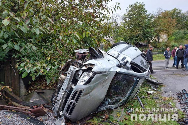На Тернопільщині водій на швидкості протаранив огорожу (ФОТО)