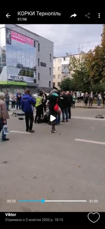 У Тернополі авто поліції зіткнулося з мотоциклом. Є потерпілі (ФОТО, ВІДЕО)