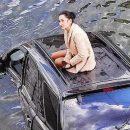 """""""Дівчина на авто впала в річку"""": епічні кадри охрестили """"фото року"""" (ФОТО, ВІДЕО)"""